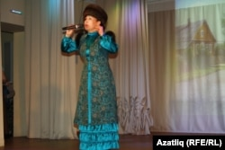 Мөнирә Хөснетдинова себертатар телендә җыр башкара