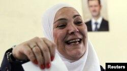 Սիրիացի կինը քվեարկում է խորհրդարանական ընտրություններում, Դամասկոս, 7-ը մայիսի, 2012թ․