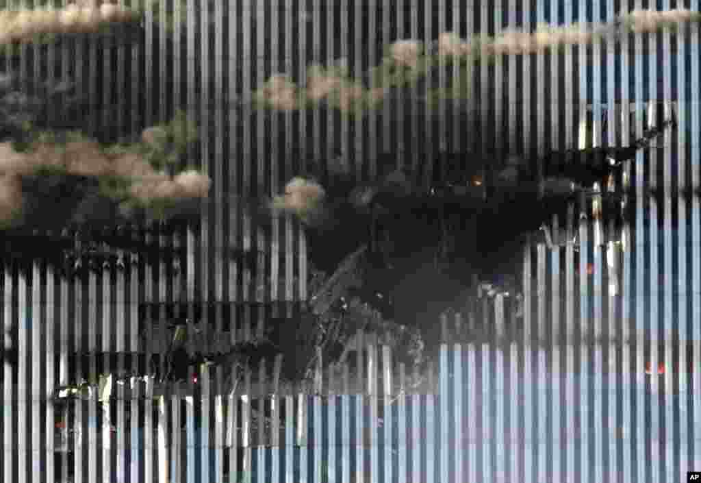 Месца, у якое прыйшоўся ўдар ведзенага тэрарыстамі самалёта. Паўночная вежа Ўсясьветнага гандлёвага цэнтру. 11 верасьня 2001 году.