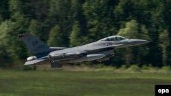 Амэрыканскі зьнішчальнік F-16 узьлятае падчас вучэньняў НАТО ў Польшчы 20 траўня 2014 году