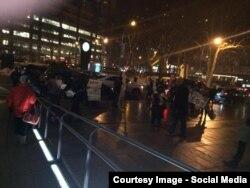 Protestatari în fața Operei Metropolitan, imagine Tweeter