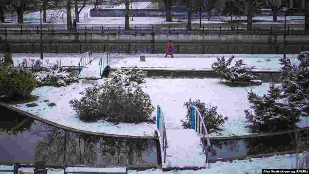 Снег на набережной реки Салгир