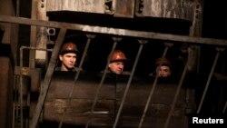Иллюстрационное фото. Шахтеры спускаются в шахту имени Засядько. Донецк, март 2015 года