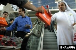 تنها پرواز خارجی که در اردیبهشت ۸۳ در فرودگاه امام به زمین نشست یه پرواز شرکت هواپیمایی امارات بود.
