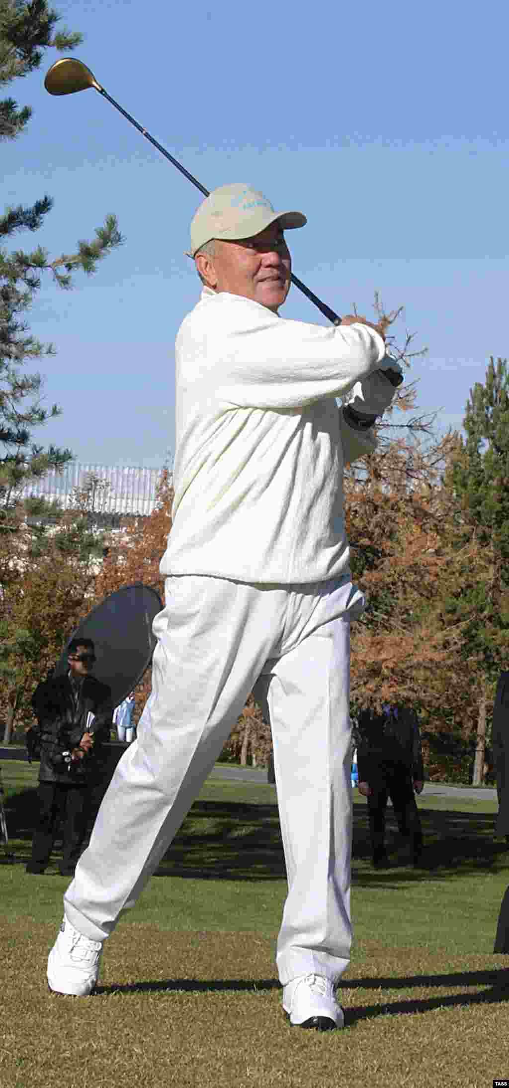 Қазақстан президенті Нұрсұлтан Назарбаев халықаралық гольф турнирінің ашылу салтанатында. Алматы, 23 қазан 2003 жыл.