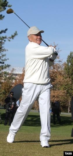 Қазақстан президенті Нұрсұлтан Назарбаев гольф-турнирді ашып тұр. 23 қазан 2003 жыл
