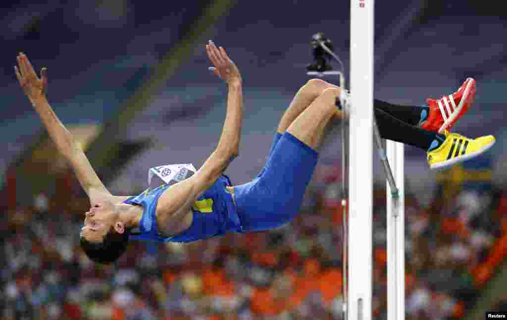 Українець Богдан Бондаренко став чемпіоном світу зі стрибків у висоту, завершивши змагання з результатом 2 метри 41 сантиметр, Москва, 15 серпня