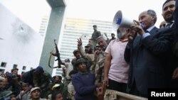 Бойцы армии Национального переходного совета встречают Джалиля в Сирте