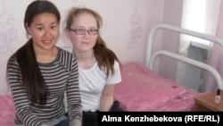 Воспитанница детского дома № 1 Рауан Нарбекова (справа) с подругой Раушан. Алматы.