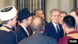Приезжая в Россию, президент США обязательно находит время для встречи с представителями общественности