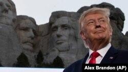 دونالد ترامپ میگوید، علنی کردن اسناد مالیاتی او علاوه بر به خطر انداختن حریم خصوصی او و خانوادهاش٬ مانع از تمرکز او بر وظایفش خواهد شد.