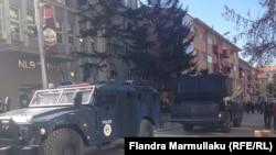 """Autmojetet e blinduara të Policisë së Kosovës, në rrugën """"Rexhep Luci"""" në Prishtinë"""