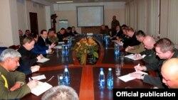 Армения - Первый заместитель министра обороны Армении Давид Тоноян проводит встречу с военными атташе посольств иностранных государств в Армении, 3 апреля 2016 г.