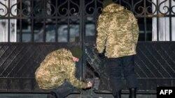 Міліція оглядає місце вибуху на вході до військової частини в Харкові, 2 грудня 2014 року