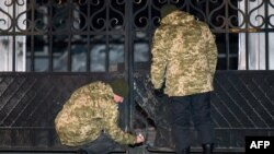 Эксперты изучают место одного из прошлых взрывов в Харьковской области