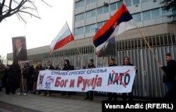 """В Сербии-2014 многие надеются на покровительство России так же, как и сто лет назад. (Надпись на плакате: """"Бог и Россия"""")"""