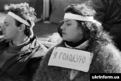"""Ukrainian actress Nila Kryukova was among those who joined the student hunger strikers. The sign around her neck reads: """"I'm on hunger strike."""""""