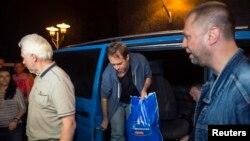 Ուկրաինա - ԵԱՀԿ-ի ազատ արձակված դիտորդները ժամանում են Դոնեցկ, նրանց ուղեկցում է Ալեքսանդր Բորոդայը (աջից), 26-ը հունիսի, 2014թ․