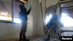 БУУ эксперттери химиялык чабуул болгон жерди изилдөөдө. Сирия. 29-август, 2013-жыл.