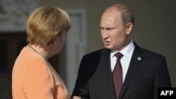 Presidenti rus,Vladimir Putin (djathtas) dhe kancelarja gjermane, Angela Merkel.
