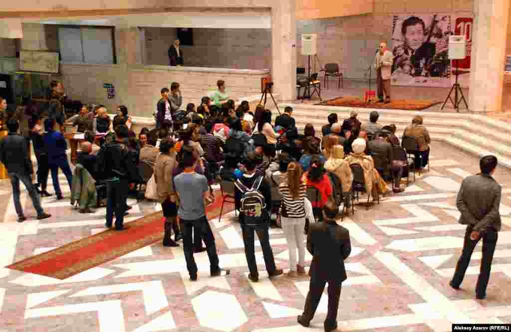 Открытия выставок часто проходят по схожему сценарию. Сначала в фойе – собрание, во время которого к микрофону подходят спикеры. Иногда бывает небольшая музыкальная или танцевальная программа. Среди присутствующих было много студенческой молодежи.