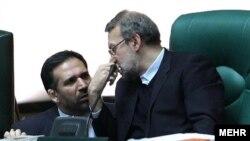 علی لاریجانی(راست) در دفاع از شمس الدين حسينی، وزير امور اقتصاد و دارايی، سخنرانی کرد.