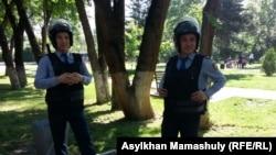 Полицейские рядом со сквером за кинотеатром Сары-Арка. Алматы, 21 мая 2016 года.