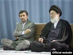Ayətulla Mahmud Hashemi Shahrudi (sağda) və eks-prezident Mahmud Ahmadinejad