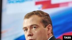 Психологи говорят: Путин стал для Медведева фоном, на котором сложно выделиться