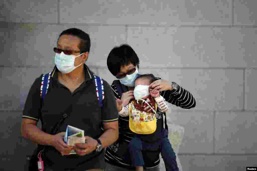 Туристи із Китаю носять маски, перебуваючи у Сеулі