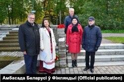 Мэр Іматры Кай Раслака (зьлева) на адкрыцьці мэмарыяльнага знаку