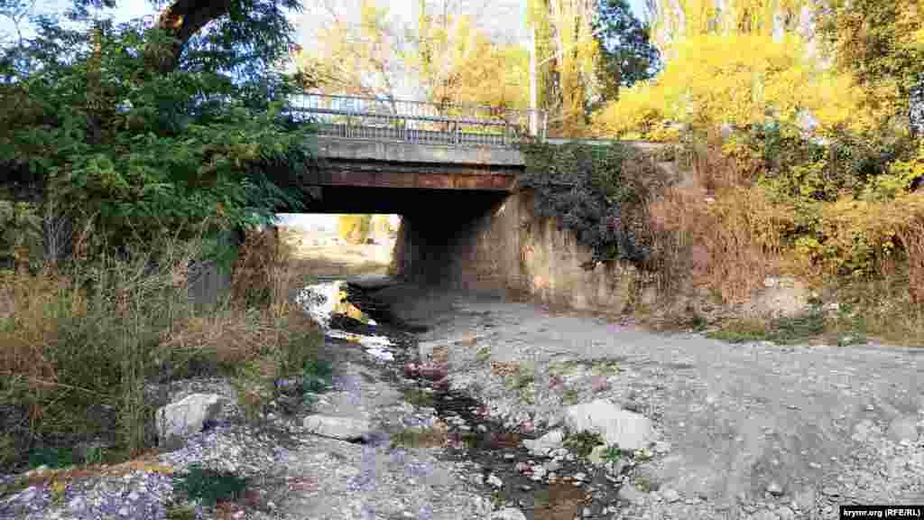 Річка Аян витікає з водосховища і впадає річку Салгир, яка, своєю чергою, живить Сімферопольське водосховище, що висихає