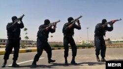 نیروهای یگان ویژه نیروی انتظامی معمولا نقش محوری در سرکوب اعتراضها دارند - عکس نیروهای نوپو را در حال مانور شهری با سلاحهای سازمانی امپی۵ و کلاشنیکف نشان میدهد