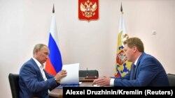 Президент России Владимир Путин и врио губернатора Севастополя Дмитрий Овсянников. Севастополь, 18 августа 2017 года