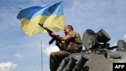 Український солдат на бронетранспортері, 20 кілометрів від Донецька, 10 липня 2014 року