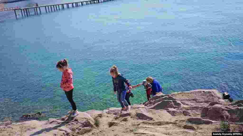 Семья с детьми на малореченских Сырных скалах