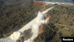 На снимке с воздуха — дамба Оровилл в американском штате Калифорния и размытый участок прилегающего к ней холма.