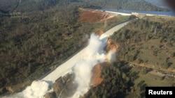 На снимке с воздуха – дамба Оровилл в американском штате Калифорния и размытый участок прилегающего к ней холма.