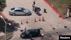 Поліція обстежує територію після операції, Техас, 4 травня 2015 року