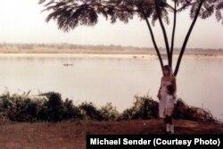 Міхаэль Сэндэр з маці ў Нігерыі. Архіўнае фота. 1983 год.