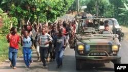 Французские солдаты патрулируют местность вдоль западной границы Руанды. 27 июня, 1994