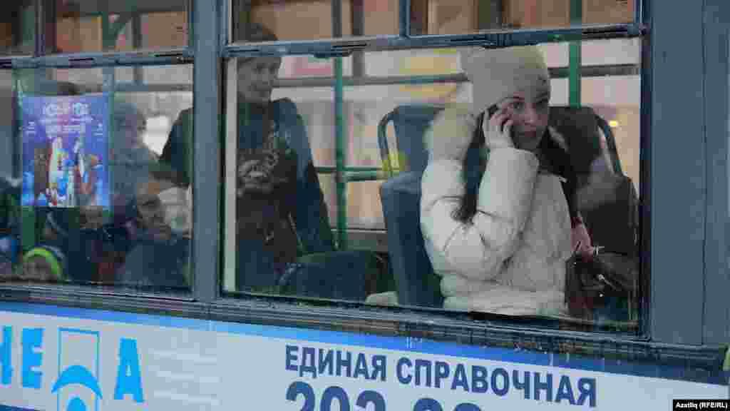 Троллейбуста телефоннан сөйләшеп баручы туташ