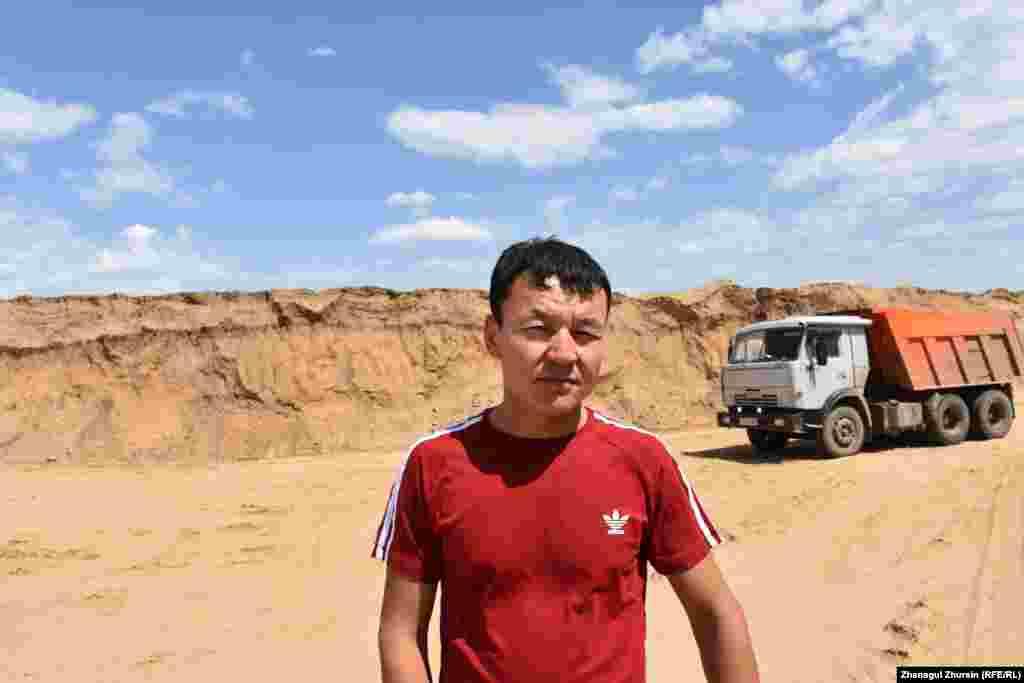 Машинист экскаватора Кайрат Искаков говорит, что артефакты находились на глубине трех метров. Он рассказывает, что зачерпнул ковшом песок и увидел посыпавшиеся кости. Почти сразу же понял, что это не кости животных, а останки человека.