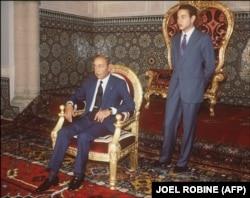محمد ششم در کنار پدرش حسن دوم؛ تصویری که از او در دوران ولیعهدی ارائه میشد چهرهای مهربان و ساده با روحیهای دموکرات بود