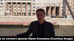 Историк, писатель Юрий Слёзкин у Дома на набережной в Москве, 2017 год