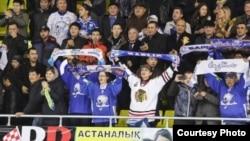 «Барыс» хоккей командасының жанкүйерлері. Астана, 15 қазан 2013 жыл.