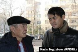 Ерсаин Нарымбаев (слева) и Арман Нарымбаев, отец и брат активиста Ермека Нарымбаева. Алматы, 22 декабря 2015 года.