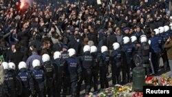 Бельгийская полиция наблюдает за происходящим во время демонстрации праворадикальных активистов в Брюсселе. 27 марта 2016 года. Иллюстративное фото.