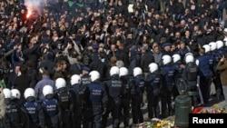 Бельгия полициясы елге мигранттардың келуіне қарсы оңшыл радикалдар шеруіне шыққандарды бақылап тұр. Брюссель, 27 наурыз 2016 жыл. (Көрнекі сурет.)