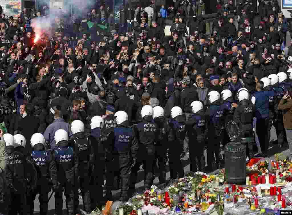 Актывісты правых арганізацый супрацьстаяць паліцыянтам у часе дэманстрацыі ў Брусэлі, дзе нядаўна адбыліся тэрарыстычныя акты.